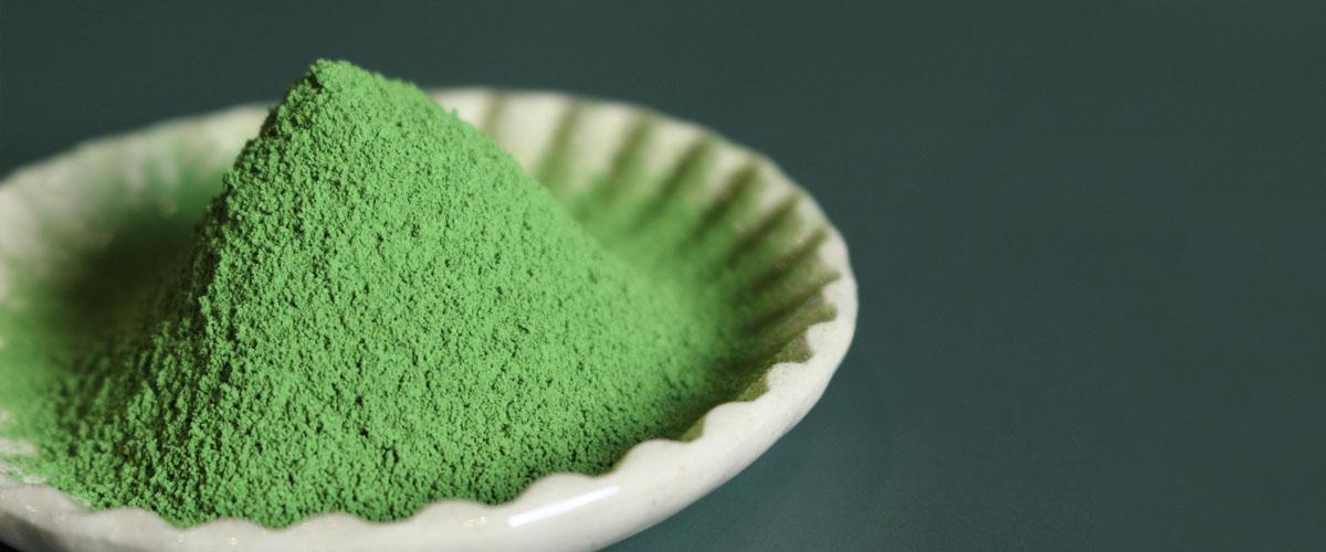 抹茶とは碾茶をひいたもの。京都式の伝統的な碾茶炉を使い、生産から加工まで自社で一貫しておこなっています。